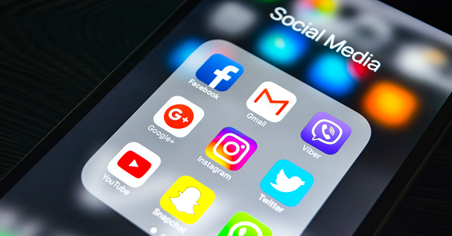 Touch mobil med sosiale medier ikoner. Hvilke sosiale medier bør min bedrift satse på?