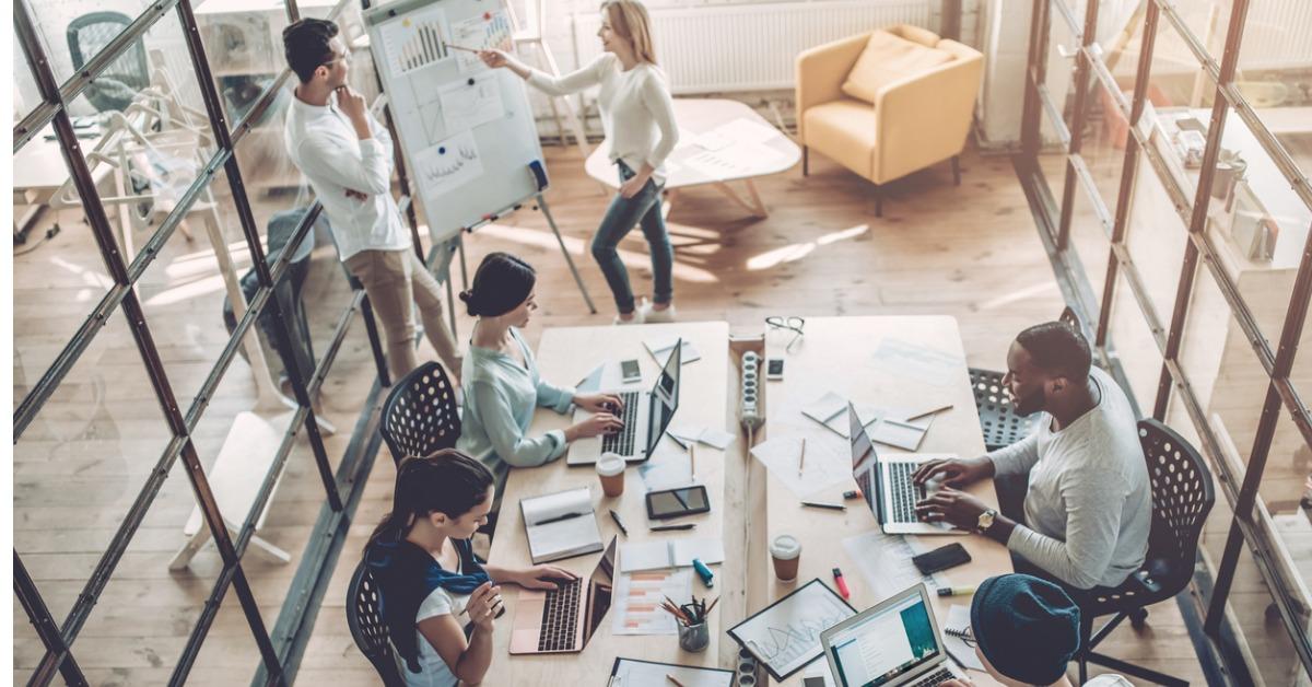 Kollegaer som jobber sammen: Hva skiller et inbound byrå fra tradisjonelle byråer