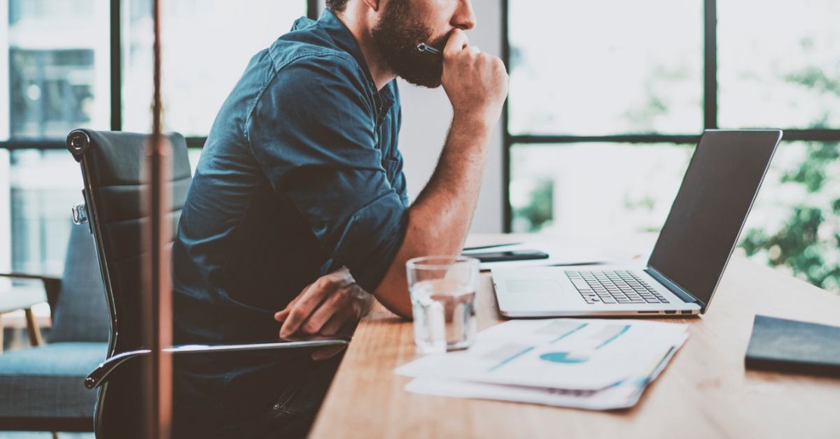 Marketing automation-software: mann foran laptop