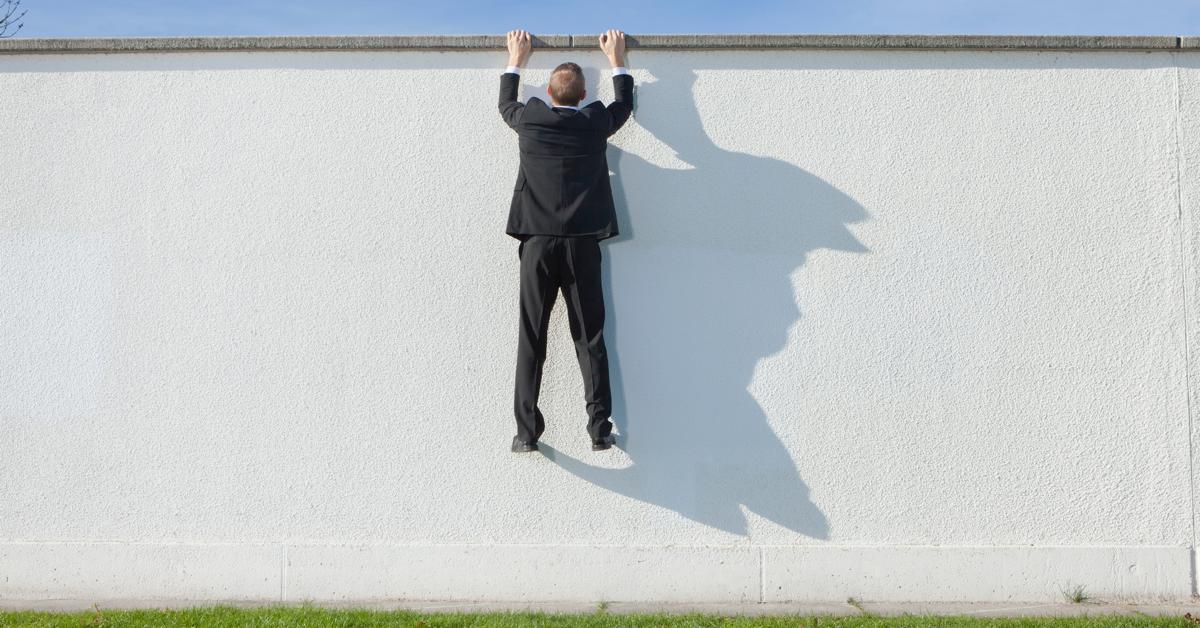 Mann som henger på murvegg: Hva er sales enablement?
