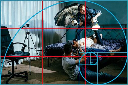 Fotografi av en fotograf som tar bilde av en mann som holder lyskilder. Tenk på posisjoneringen til kamera under videoproduksjonen.